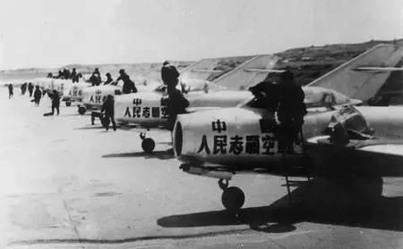 1952年1月15日,首次实战,空18团起飞12架飞机打敌战斗轰炸机,3人开炮