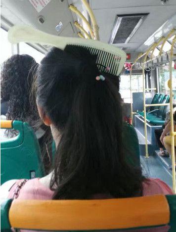 梳头.....忘记拿掉梳子了?