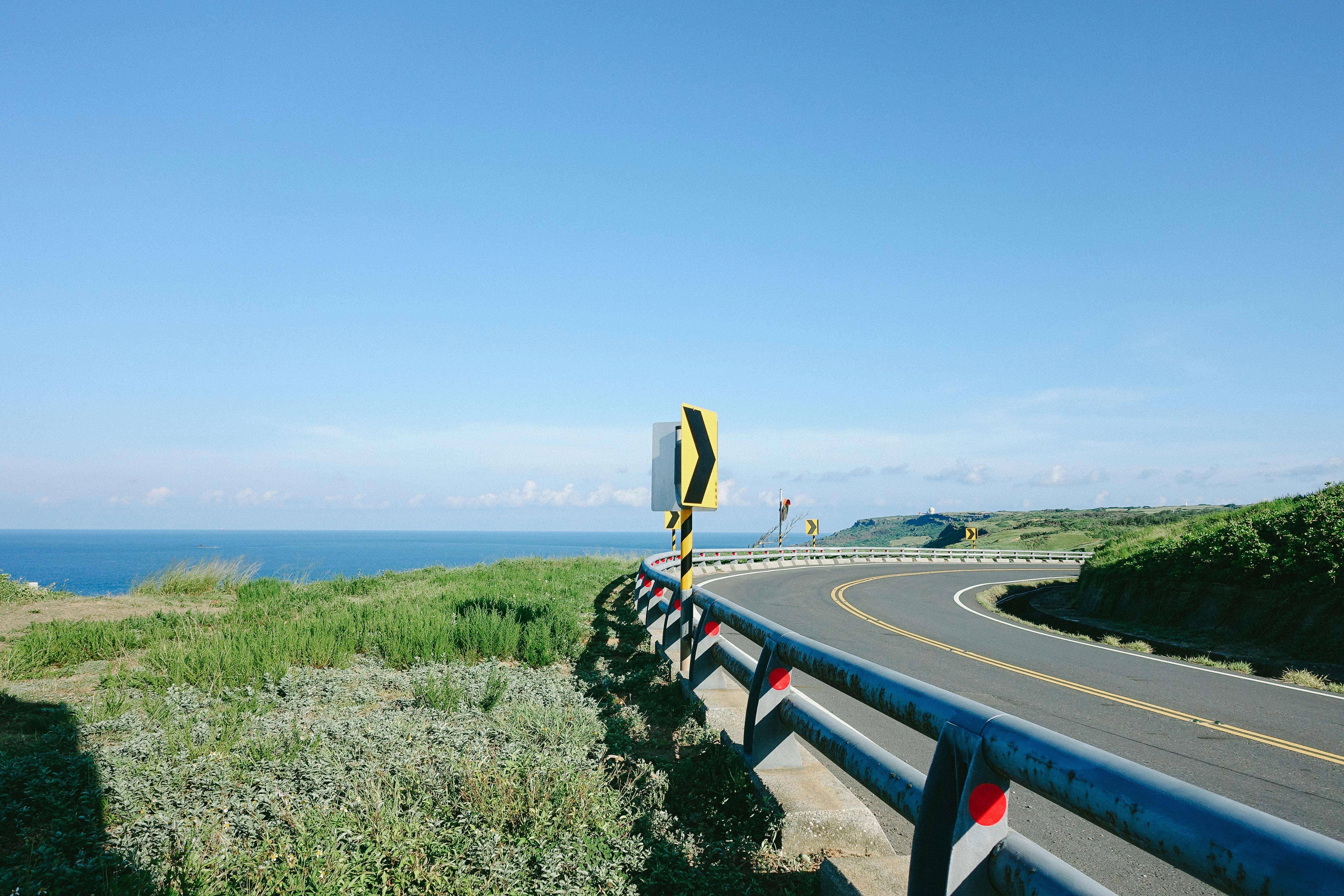 来到白沙湾的海边已经是黄昏了,吹着海风,看着长长的沙滩,有冲浪,有